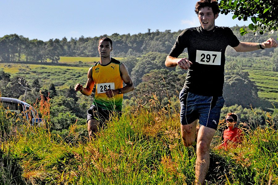 runners-racing-the-tide